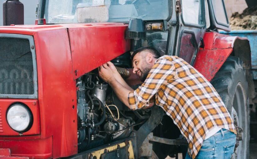 Mand og gammel traktor